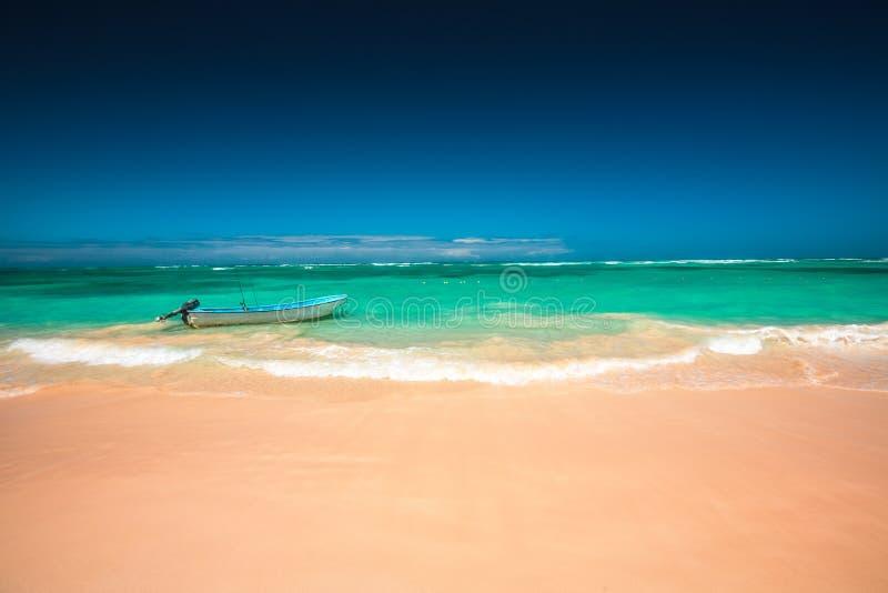 加勒比海和小船在岸,美好的全景 库存图片