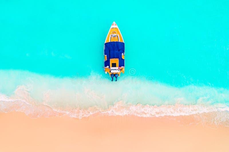 加勒比海和小船在岸,美好的全景 免版税库存照片