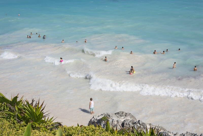 加勒比海的顶视图在与游泳者的蓝天下Th的 库存照片