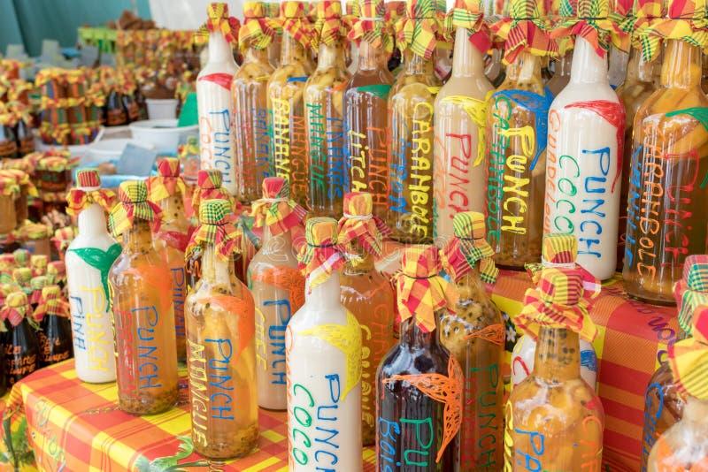 加勒比纪念品:水果味道的拳打的分类在地方市场摊位的 库存照片