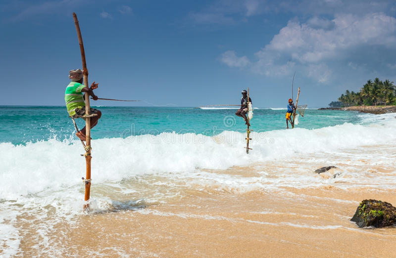 加勒,斯里兰卡 地方渔夫在独特的样式钓鱼 免版税库存图片