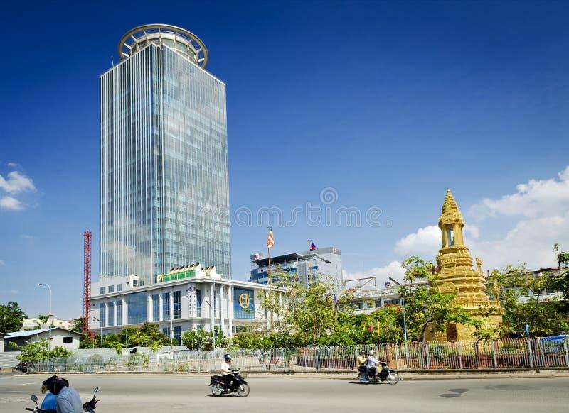 加华银行股份中央金边市cambodi的塔摩天大楼 免版税库存图片
