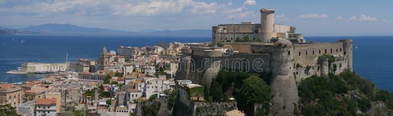 加埃塔-奥兰多中世纪镇的登上全景 图库摄影