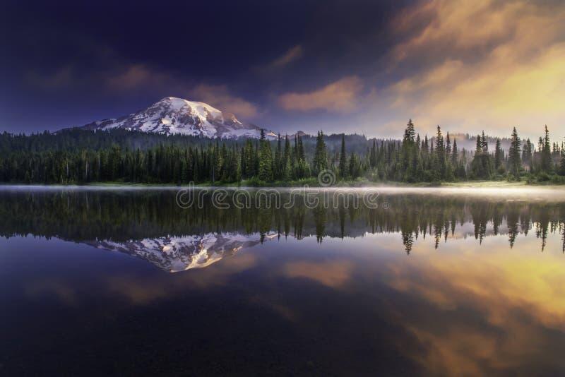 更加多雨的Mt和反射 免版税图库摄影