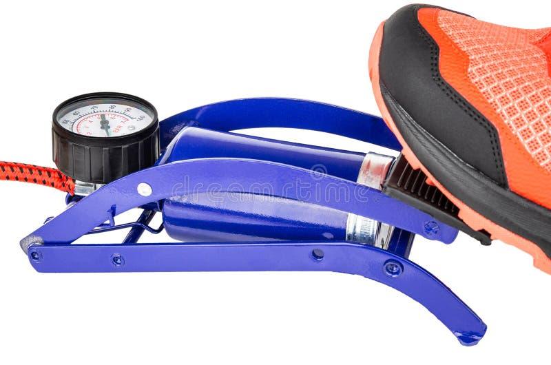 加大与有在白色隔绝的压力表的脚踏泵 免版税库存图片