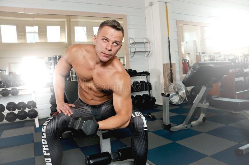 加大坚强的运动的人干涉和在健身房锻炼的火车 库存照片