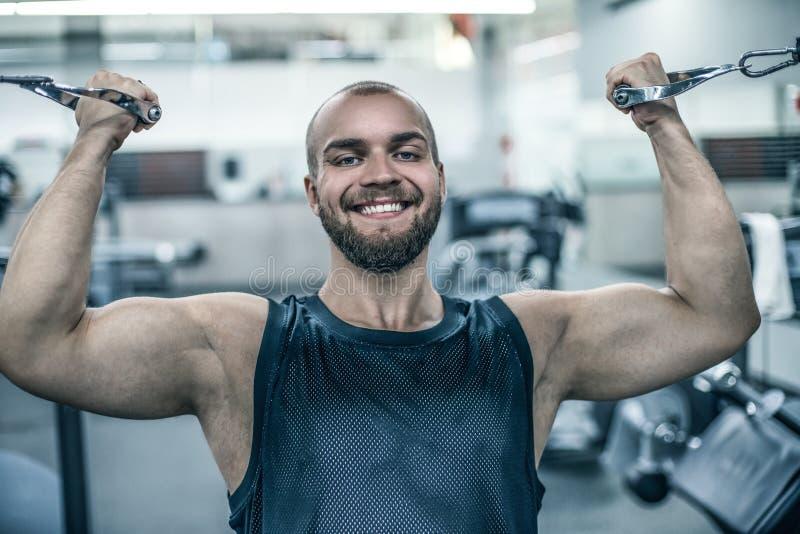 加大肌肉锻炼建身的概念背景-肌肉爱好健美者帅哥做的残酷坚强的运动人 免版税库存照片