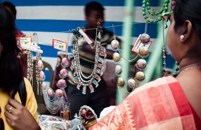 加尔各答印度2018年5月-用不同的零售显示的设计土气DIY手工制造圣诞节首饰立场特写镜头在a 免版税库存图片