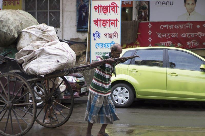 加尔各答,印度,人8月2017年,拉扯hath ricksahaw或手的老拉扯了在路的推车 免版税库存图片