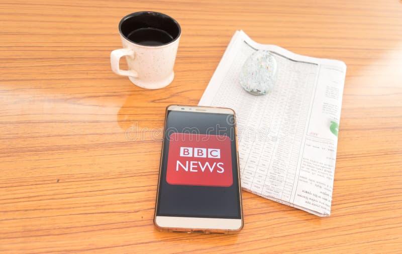 加尔各答,印度,2019年2月3日:BBC新闻应用程序应用可看见在流动手机屏幕美妙地被安置在一张木桌 免版税库存照片