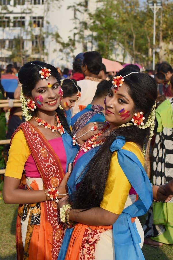 加尔各答,印度- 2019年3月18日;拉宾德拉巴拉迪大学生在他们的校园庆祝'巴桑塔Utsav'在加尔各答 免版税库存照片