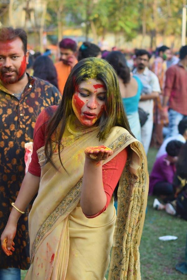 加尔各答,印度- 2019年3月18日;拉宾德拉巴拉迪大学生在他们的校园庆祝'巴桑塔Utsav'在加尔各答 免版税库存图片