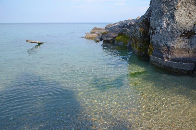 贝加尔湖光滑和清楚的水  免版税库存图片