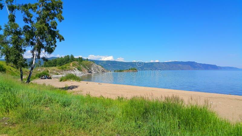 贝加尔湖湖 在贝加尔湖岸的看法与海滩 免版税库存照片