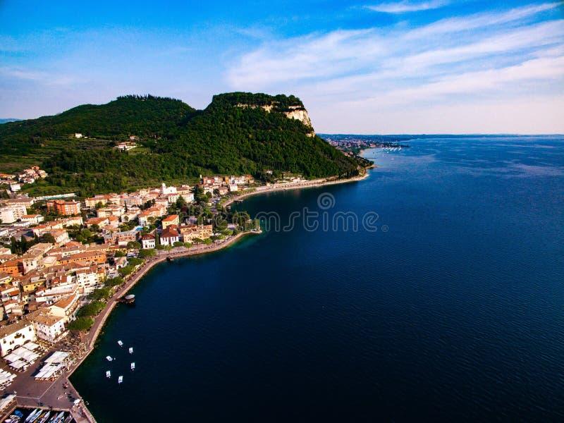 加尔达湖和一个城市海岸的鸟瞰图在意大利 图库摄影