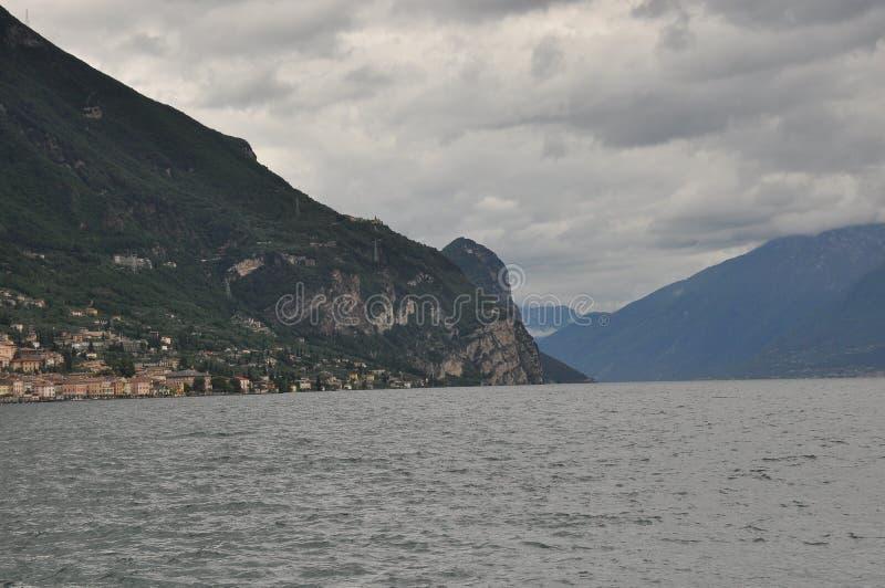 加尔达湖岩石和高岸  免版税图库摄影