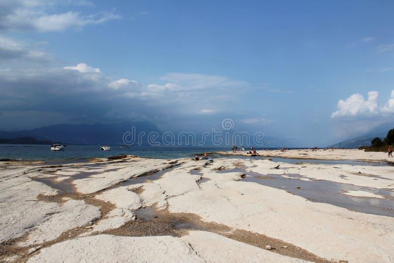 加尔达湖岸  库存照片