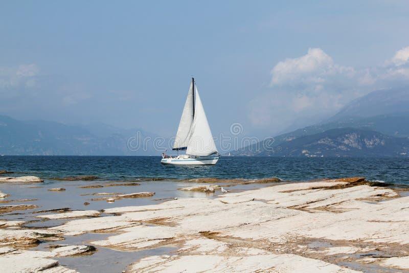 加尔达湖岸  免版税库存图片