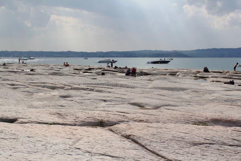 加尔达湖岸  库存图片