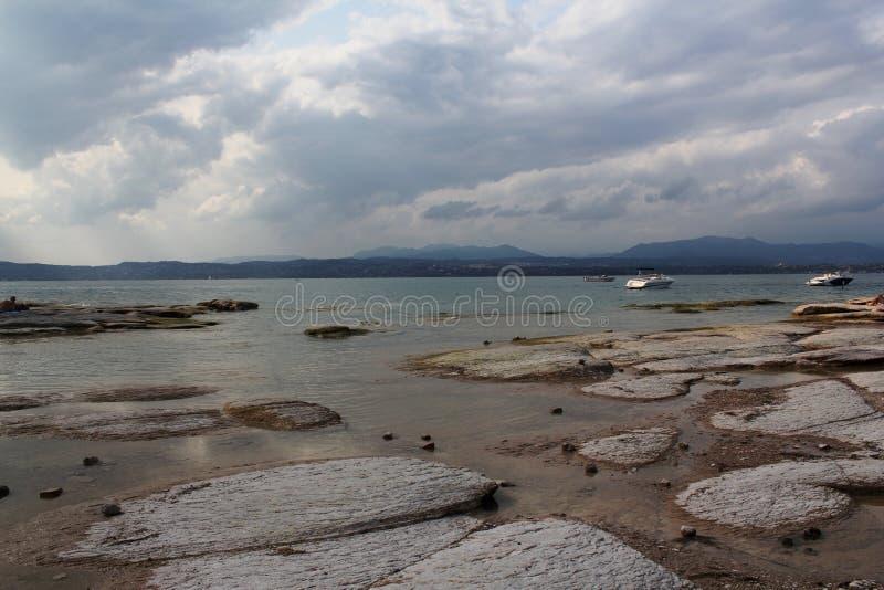 加尔达湖岸  免版税库存照片