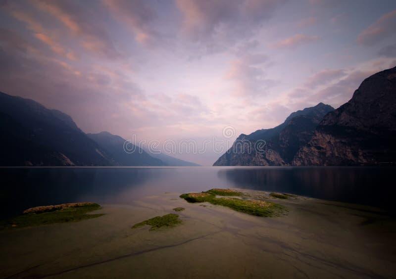 加尔达湖日出 免版税库存图片