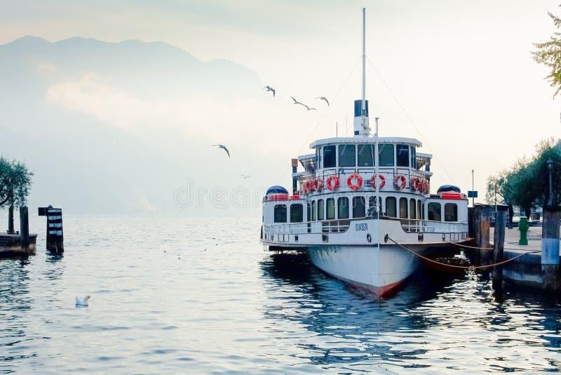 加尔达湖轮渡被停泊在加尔达的里瓦港  免版税库存照片