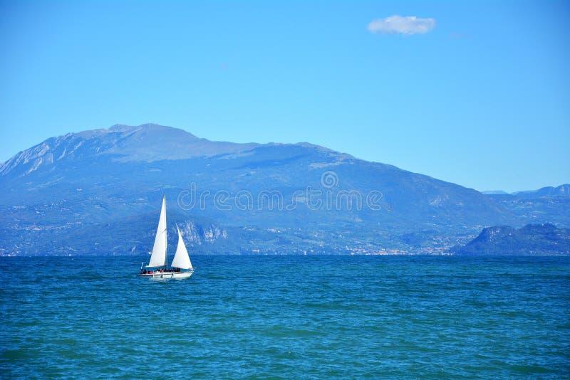 加尔达lake游艇 图库摄影