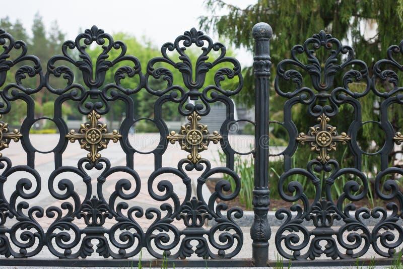 加工的篱芭 装饰生铁篱芭的图象 金属范围关闭 有艺术性的锻件的美丽的篱芭 库存图片