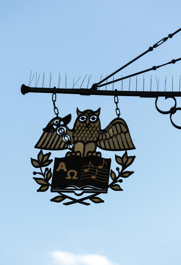 加工铁垂悬在Getreidegasse的一家商店上的协会标志在萨尔茨堡 库存图片