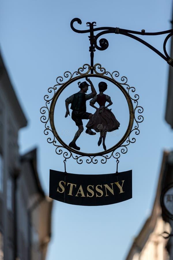 加工铁垂悬在Getreidegasse的一家商店上的协会标志在萨尔茨堡 免版税库存照片