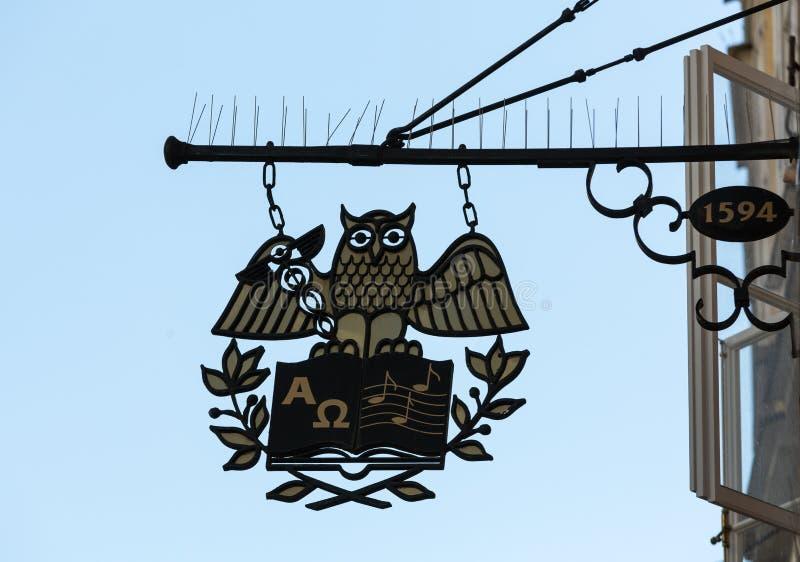 加工铁垂悬在Getreidegasse的一家商店上的协会标志在萨尔茨堡 免版税图库摄影