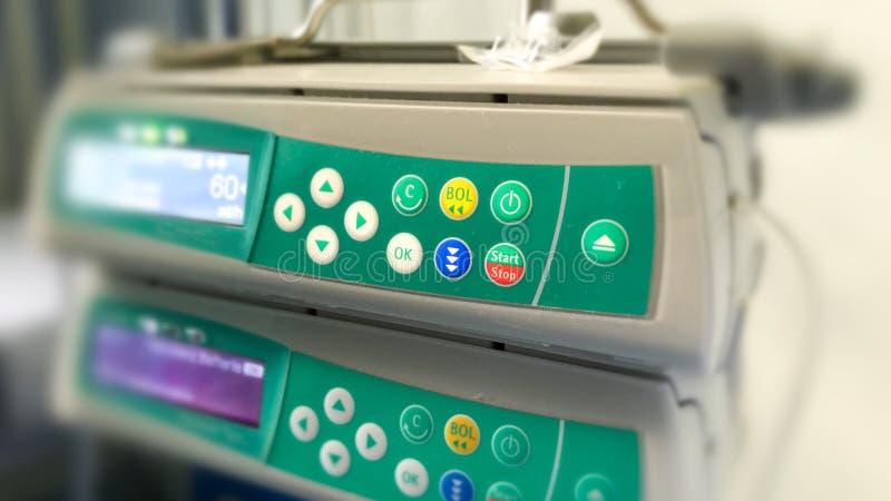 加工静脉注射IV注入的控制器患者的在ho 免版税库存照片