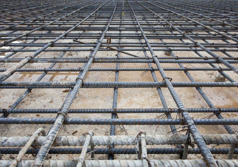 加强被修造的buiilding的地板的铁栅栏网在constructio 免版税库存图片