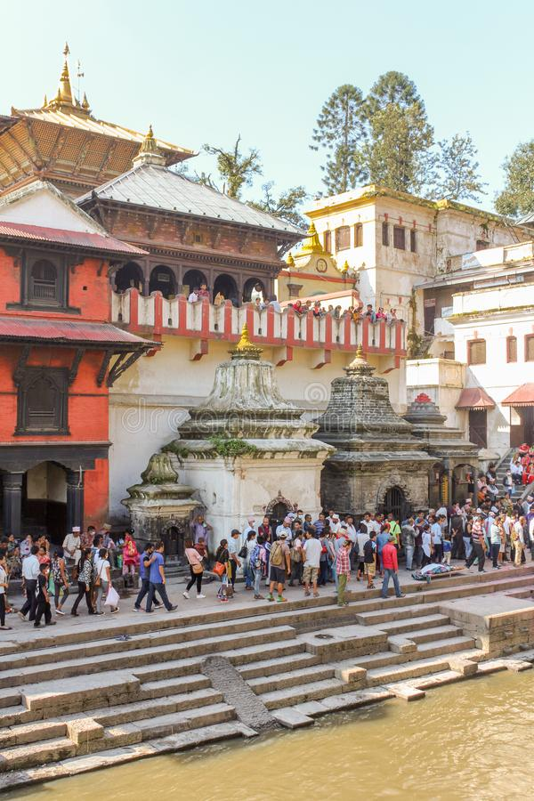 加德满都,尼泊尔- 2016年11月03日:对火葬仪式的准备沿Pashupatinath寺庙的圣洁巴格马蒂河 库存图片