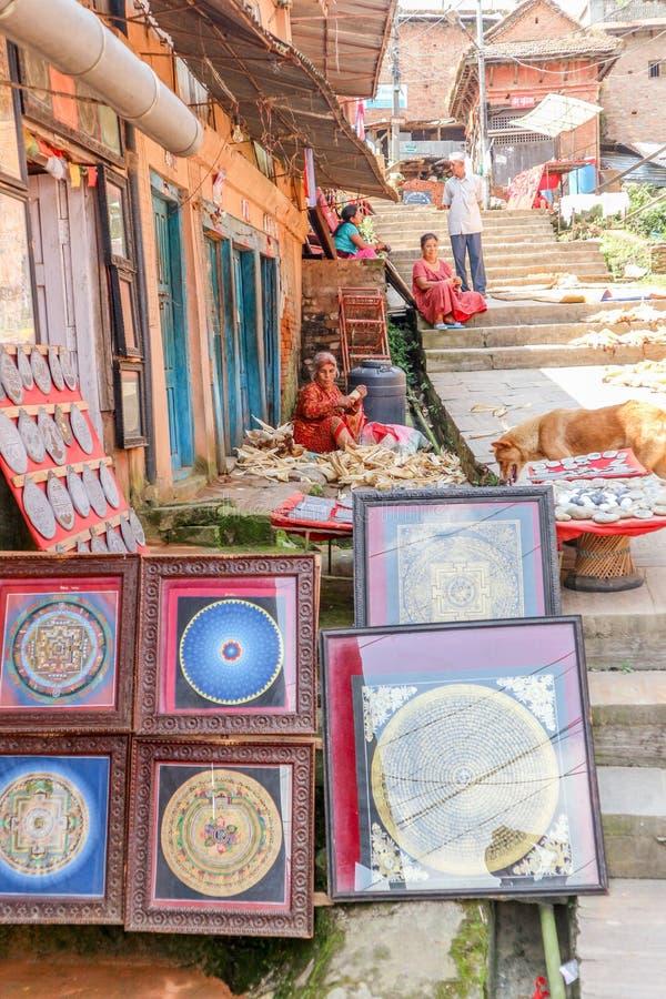 加德满都,尼泊尔- 2016年9月21日:有卖传统西藏艺术和尼泊尔人民的纪念品店的街道在加德满都 免版税库存图片