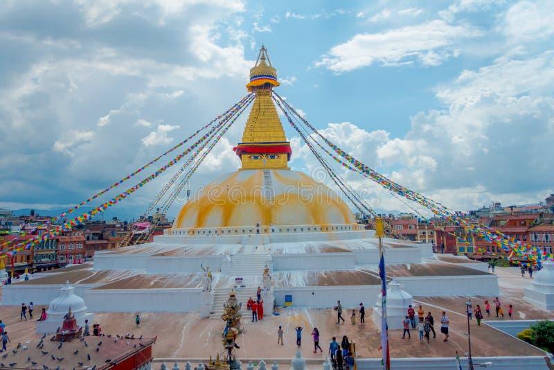 加德满都,尼泊尔2017年10月15日:Boudhanath Stupa大厦一张正面图在户外的,有在的一些大厦的 免版税库存图片