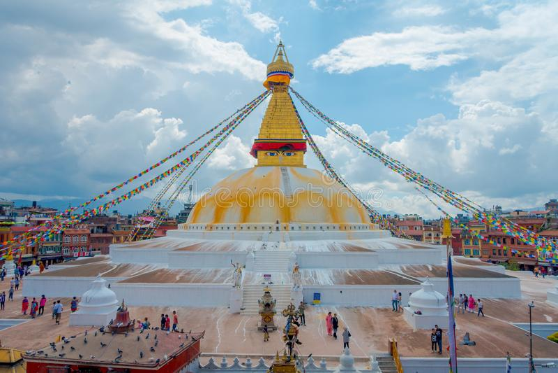 加德满都,尼泊尔2017年10月15日:Boudhanath Stupa大厦一张正面图在户外的,有在的一些大厦的 库存图片