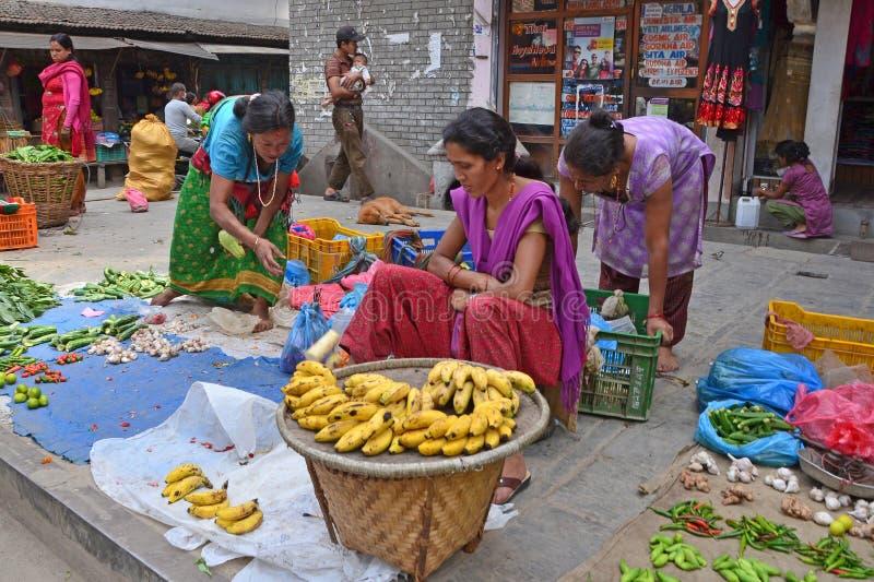 加德满都,尼泊尔, 2013年10月, 12日,尼泊尔场面:人们在加德满都卖在街道上的菜 免版税库存照片