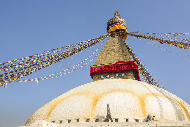 加德满都,尼泊尔-香客临近stupa Boudhanath 免版税图库摄影