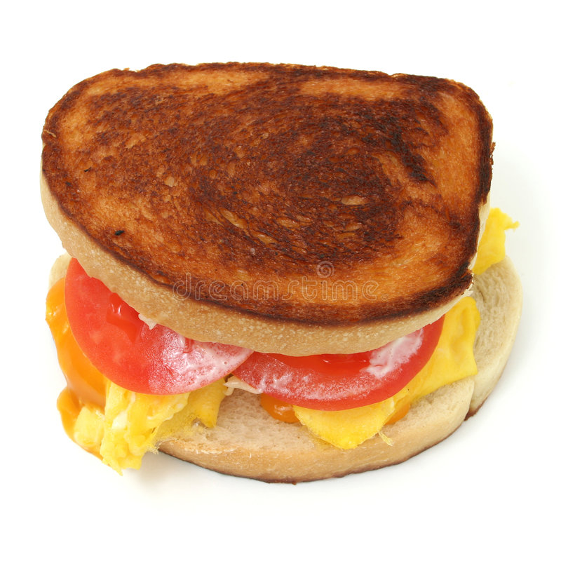 加扰的干酪接近的蛋三明治  免版税库存图片