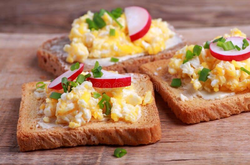 加扰的面包鸡蛋 图库摄影