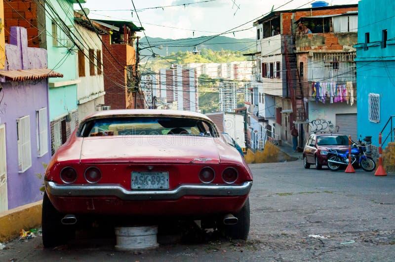 加拉加斯,委内瑞拉- 2018年6月20日:在恶劣的城市贫民窟停车场老美国 国家由一次严重经济危机击中和 库存照片