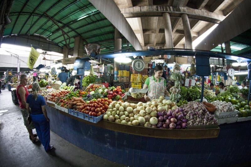 加拉加斯, Dtto资本/委内瑞拉- 02-04-2012 :买在一个著名普遍的市场上的人们在圣MartÃn大道 库存图片