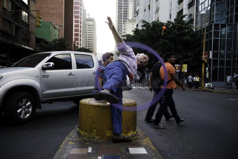 加拉加斯, Dtto资本/委内瑞拉05-27-2012 :老人告诉了玩杂耍与在公开路的一个圆环的何塞在†‹â€ ‹加州区域  免版税库存图片