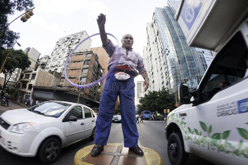 加拉加斯, Dtto资本/委内瑞拉05-27-2012 :老人告诉了玩杂耍与在公开路的一个圆环的何塞在†‹â€ ‹加州区域  免版税库存照片