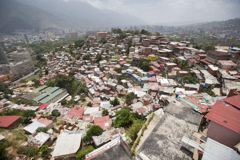 加拉加斯贫民窟区有小木色的房子的 免版税库存照片