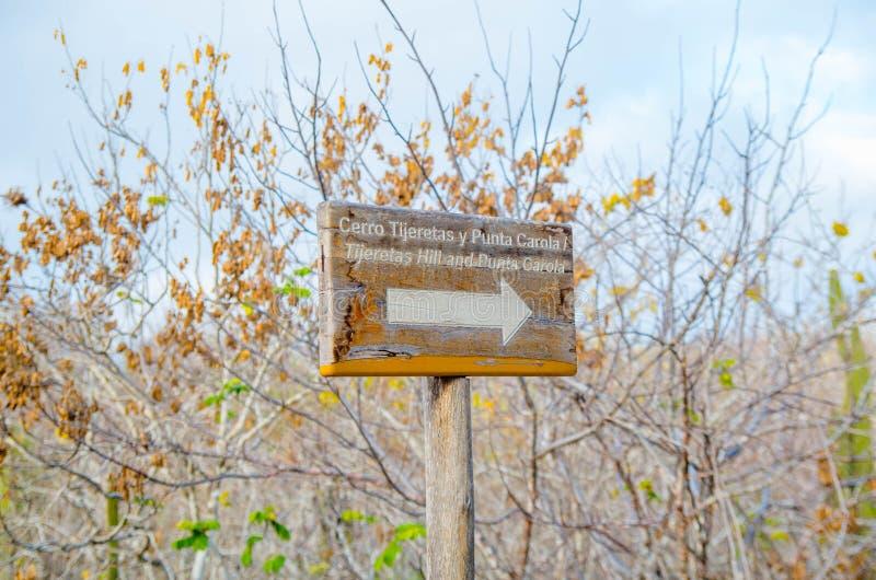 加拉帕戈斯,厄瓜多尔, 2018年3月, 19 :在道路方式的情报木标志横跨在伊莎贝拉岛海岛上的美洲红树 加拉帕戈斯 图库摄影