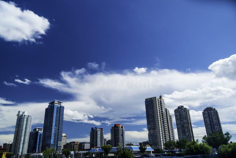 加拿大卡尔加里晴空云下低角拍摄 库存照片