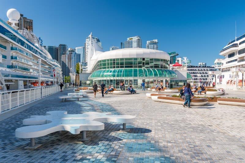 加拿大广场在与2艘游轮的夏天靠了码头 免版税库存照片