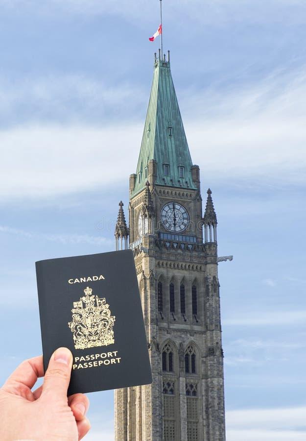 加拿大旗子飞行在半帆柱 免版税库存图片